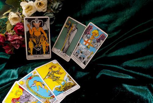 cartas-tarot-sobre-terciopelo-verde